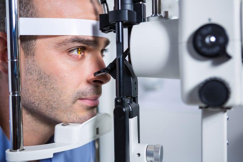 """אבחון היפרדות זגוגית העין ע""""י רופא עיניים"""